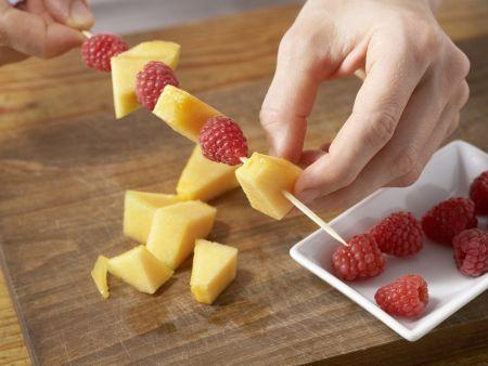 Blubber-Bowle mit Fruchtspieß: Zubereitungsschritt 4