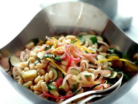 Bohnen-Zucchini-Salat mit Zwiebeln und Spinat