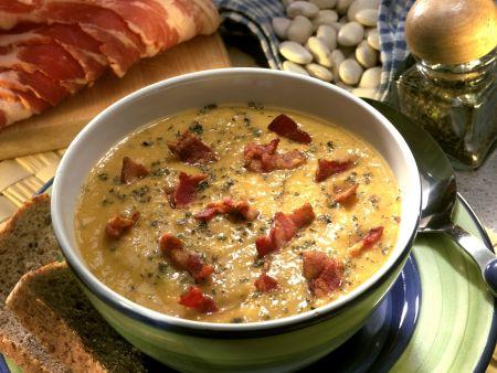 Bohnensuppe mit geräuchertem Speck
