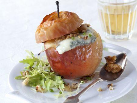 Bratapfel mit Blauschimmelkäse und Nüssen