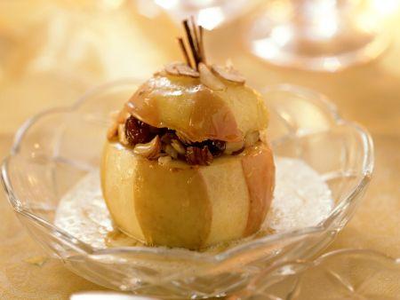Bratapfel mit Haselnüssen und Rosinen gefüllt
