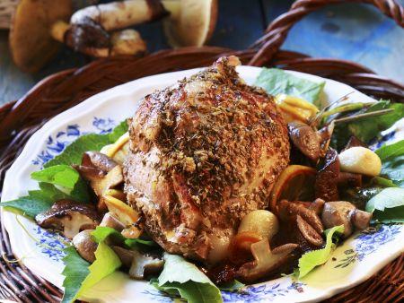 Braten vom Schwein mit Pilzen, Zitrone und Knoblauch