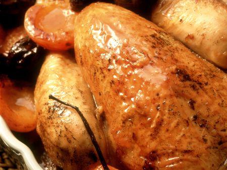 Brathähnchen mit Pflaumen und Aprikosen gefüllt
