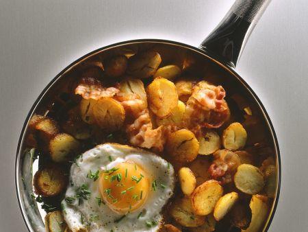 Bratkartoffeln mit Speck und Ei