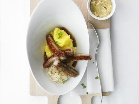 Bratwürstchen mit Sauerkraut und Kartoffelbrei