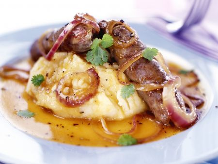 Bratwürstchen mit Zwiebelringen und Kartoffelbrei