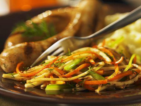 Bratwurst mit Julienne-Gemüse