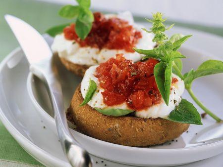 Brötchen mit Quark und Tomaten