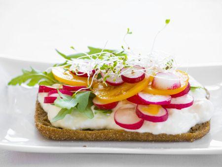 Brötchen mit saurer Sahne, Tomaten, Radieschen und Rauke