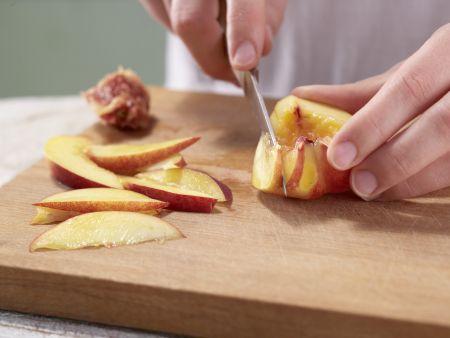 Brombeer-Nektarinen-Salat: Zubereitungsschritt 2