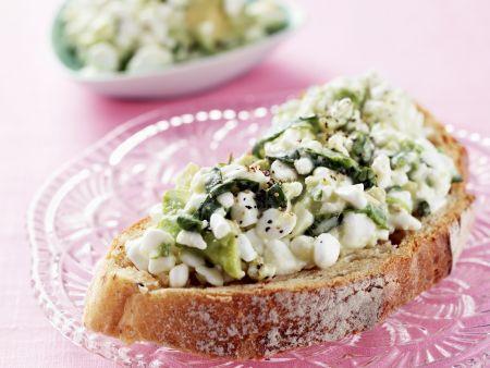 Brot mit Avocado und Hüttenkäse