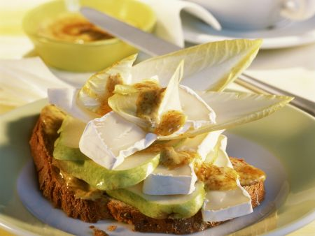 Brot mit Camembert, Birne und Senf