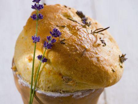 Brot mit Lavendel im Blumentopf gebacken