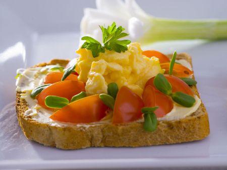 Brot mit Rührei, Kräutern und Tomate