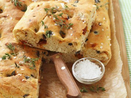 Brot nach toskanischer Art mit Tomaten und Oliven