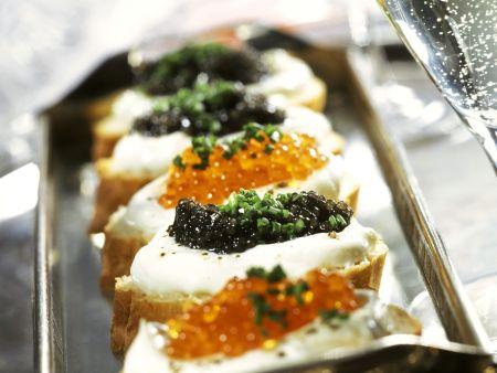 Brote mit Sauerrahm und Kaviar