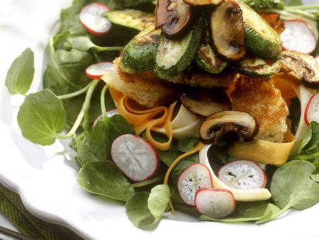 Brunnenkressesalat mit gebratenen Pilzen und Zucchini