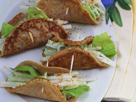 Buchweizenpfannkuchen mit Avocadopüree und Selleriestreifen