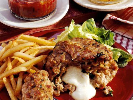 Bulette mit Käsefüllung, Pommes und Chutneys