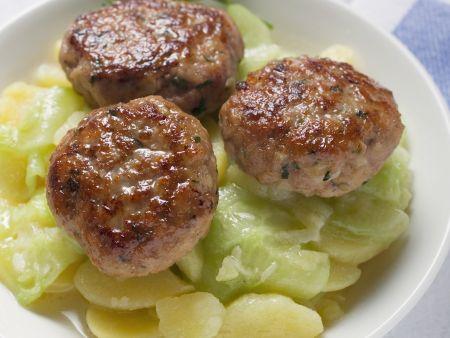 Buletten mit Kartoffel-Gurken-Salat