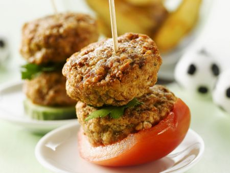 Buletten-Spieße mit Tomaten und Country Potatoes