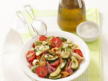 Bunte Nudeln mit Zucchini-Tomaten-Soße