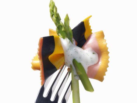 Bunte Pasta mit Spargel