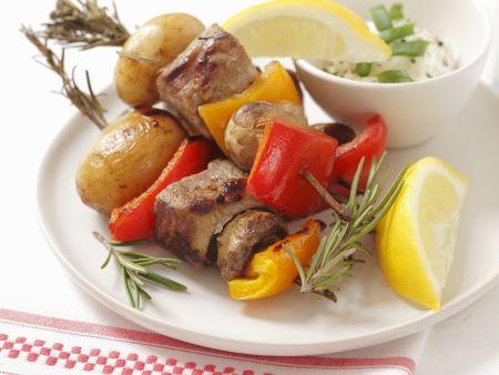 Bunte Spieße mit Schweinefilet, Paprika und Pilzen