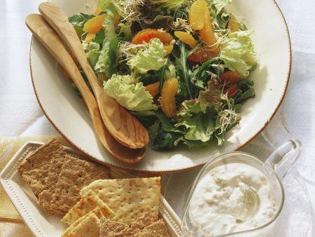 Bunter Blattsalat mit Orangen, Sprossen und Gorgonzolasoße