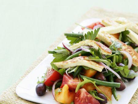 Bunter Gemüsesalat mit Grillkäse (Halloumi)