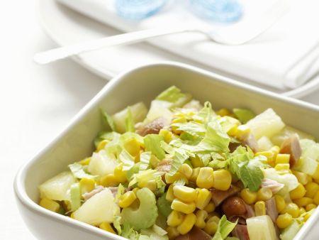 Bunter Hähnchensalat mit Mais, Ananas und Sellerie