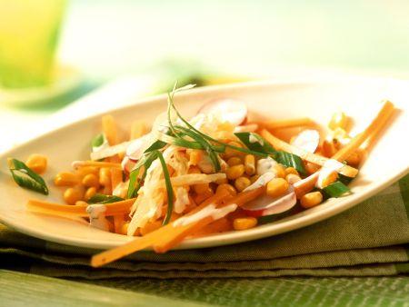 Bunter Maissalat mit Radieschen, Möhren und Kräuterdressing