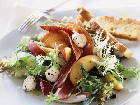 Bunter Salat mit Büffelmozzarella, Schinken und Nektarinen