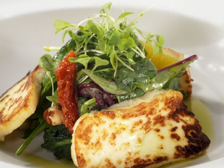 Bunter Salat mit gegrilltem Halloumi