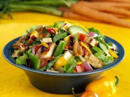 Bunter Salat mit Gemüse, Bacon und Hähnchen