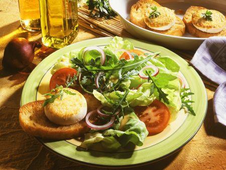Bunter Salat mit Käse-Crostini