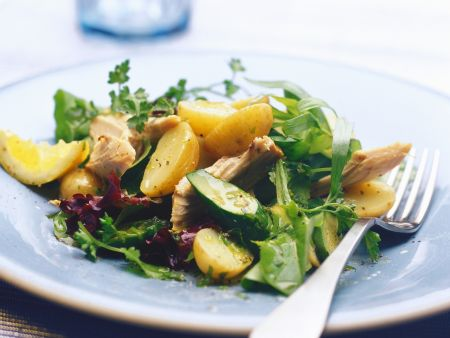 Bunter Salat mit Räuchermakrele und Kartoffeln