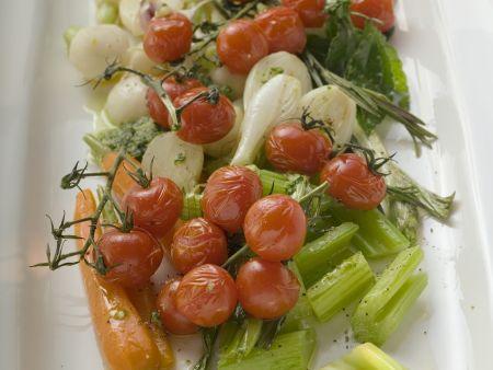 Buntes gebratenes Gemüse: Cherrytomaten, Sellerie, Lauchzwiebeln, Karotten