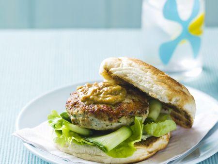 Burger mit Hähnchen und Sataysoße