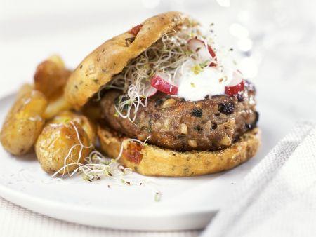 Burger mit Sprossen und Ofenkartoffeln