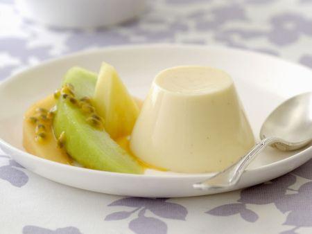 Buttermilchpudding mit Melone und Maracuja