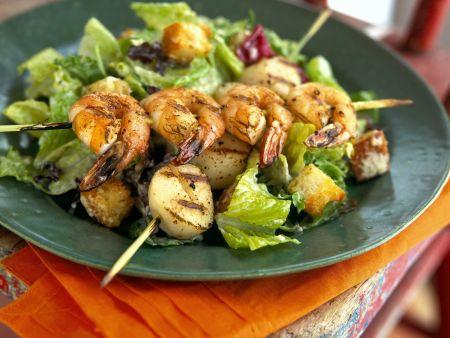 Cäsar-Salat mit Scampi-Jakobsmuschel-Spieß