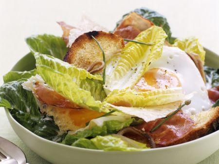 Cäsar Salat mit Speckstreifen und Spiegelei