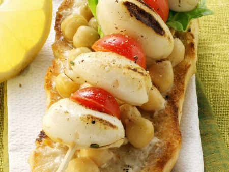 Calamari-Cocktailtomaten-Spieß mit Kichererbsen-Brot