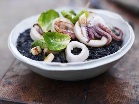 Calamari mit schwarzem Reis und Rosenkohlblättern