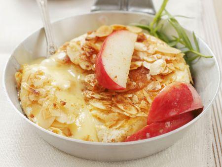 Camembert in Mandelkruste mit Äpfeln