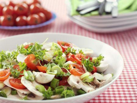 Champignon-Tomaten-Salat mit Porree mit Petersilie