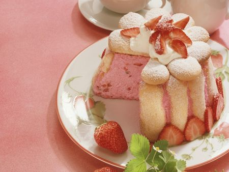Charlotte mit Erdbeeren