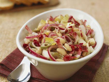 Chicorée-Bohnen-Salat mit Radicchio und Oliven