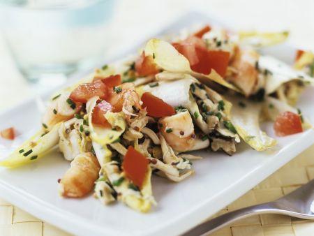 Chicorée-Hähnchen-Salat mit Shrimps und Tomaten